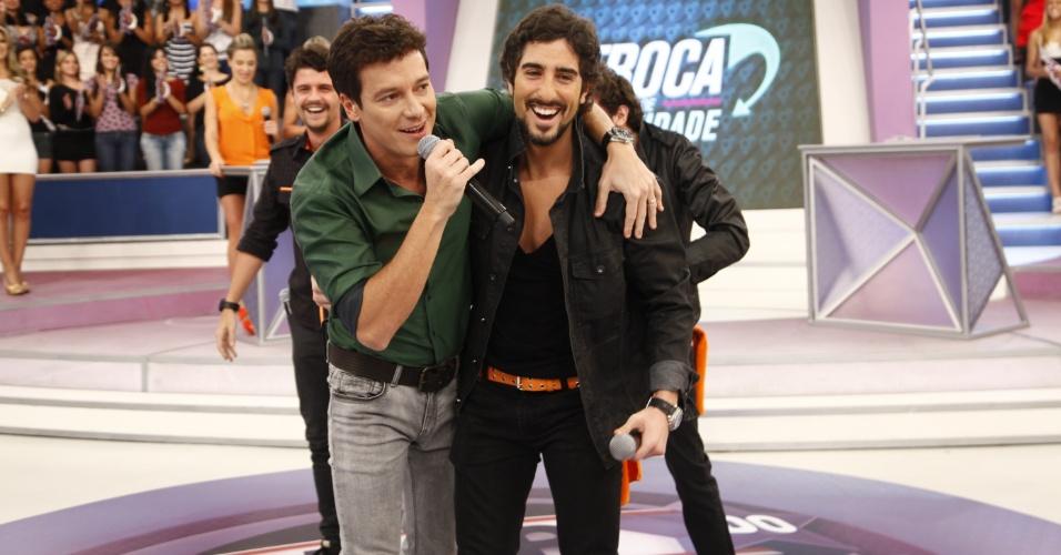 Rodrigo Faro e Marcos Mion se abraçam no programa