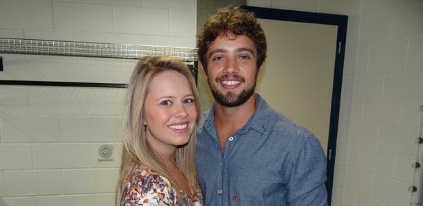 Rafael Cardoso e a namorada, Mariana, no bastidor do programa