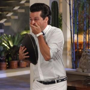 """Em """"Fina Estampa"""", Crô tem um ataque histérico ao encontrar com a irmã gêmea de Marcela (9/2/12)"""