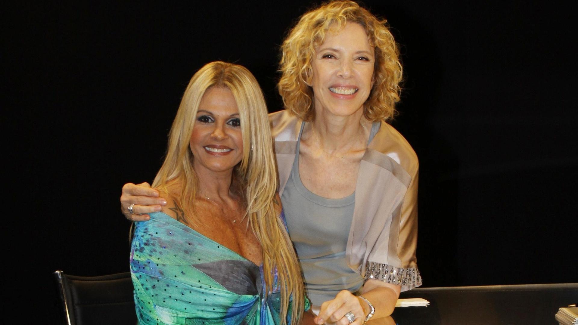 Monique Evans posa ao lado da apresentadora Marília Gabriela, no programa