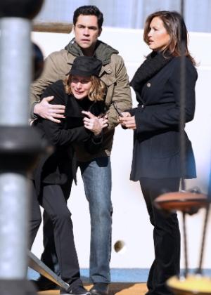 """A atriz Chloë Sevigny grava participação especial para o seriado """"Law & Order: SVU"""", ao lado de Mariska Hargitay e Danny Pino (27/2/12)"""