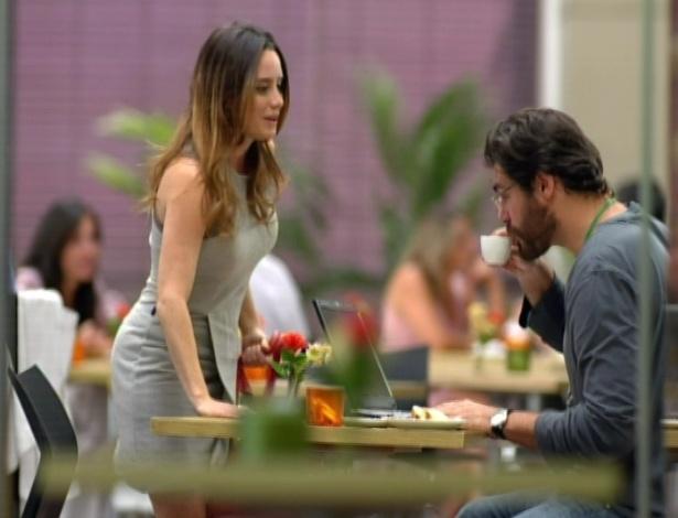 Ana chega à cafeteria do hospital para falar com Lucio