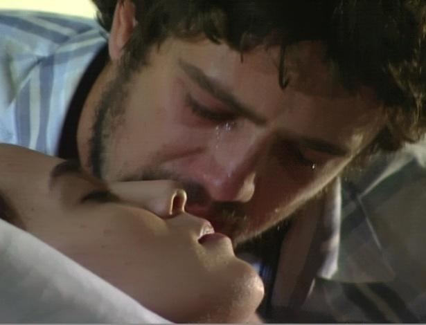 Emocionado, Rodrigo beija Manu