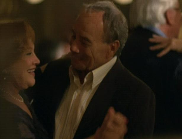 Iná e Laudelino dançam no baile da terceira idade