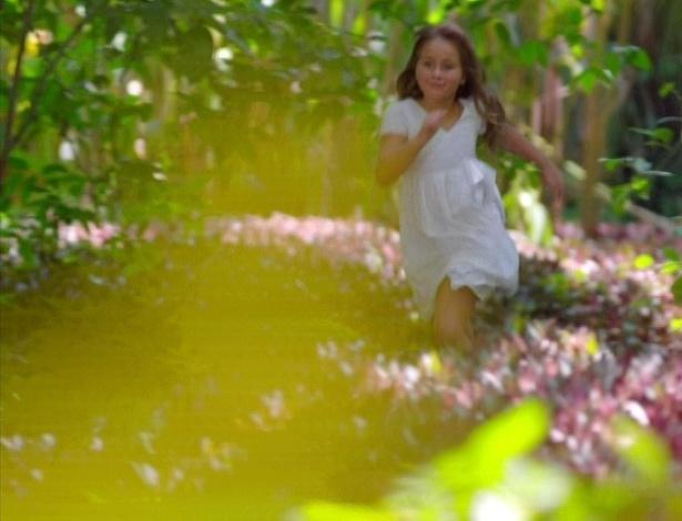 Julia corre em parque