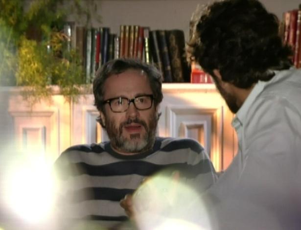 Lourenço conta a Rodrigo que quer escrever um livro sobre a história dele e de seu filho