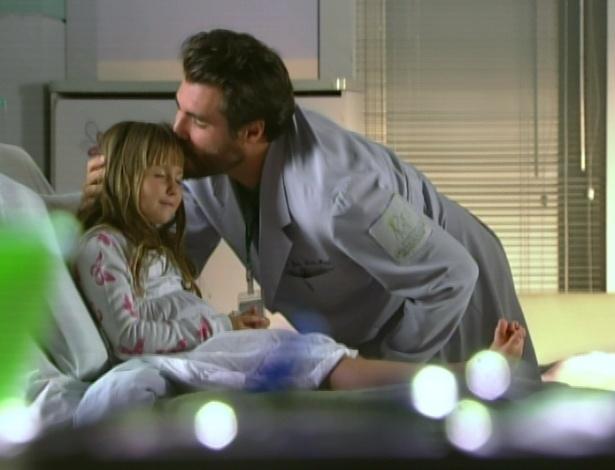Lucio dá um beijo em Julia e diz que ela vai viver mais cem anos, e que vai morrer de saudades dela