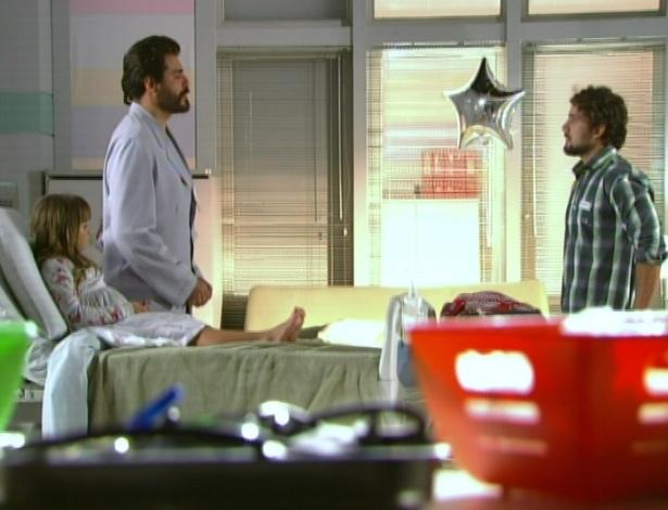 No quarto de Julia no hospital, Rodrigo agradece a Lucio os cuidados com sua filha