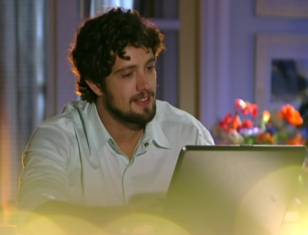 Rodrigo começa a escrever uma carta para Ana