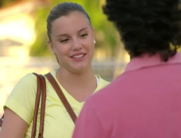 Sofia conta para Marcos que arrumou um apartamento para alugar, mas que precisa de um fiador