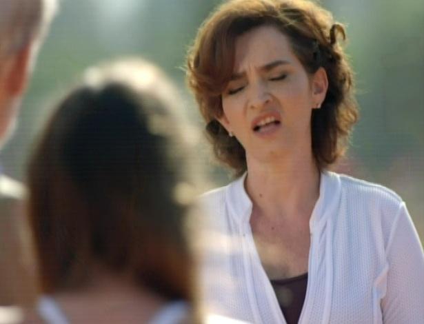 Vitória ofende Mariano e Cecília, dizendo que a última vez que ela a viu ele estava atrás das grades