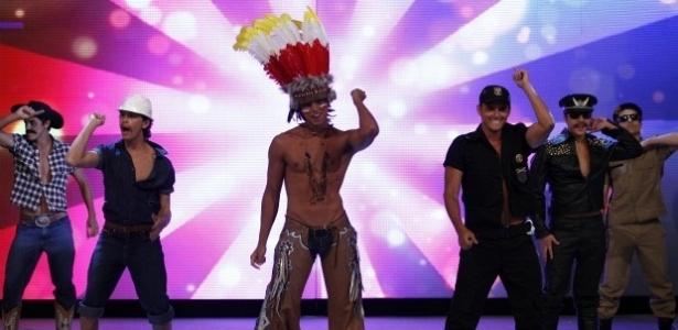 """Rodrigo Simas durante coreografia de Macho Man no """"Caldeirão do Huck"""" (17/3/12)"""