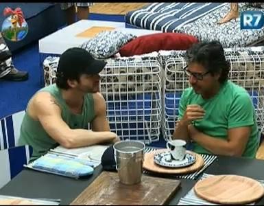 O apresentador João Kléber conversa com o cantor Marlon após o café da manhã desta segunda-feira (20/7/11)