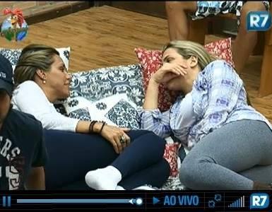 Renata Banhara conta para Joana Machado que existem rixas entre rainhas de bateria (21/7/11)