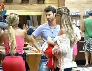 Valesca, Renata e Marlon discutem sobre louça (21/7/11)