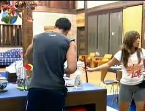 Raquel Pacheco e François limpam a cozinha depois do almoço (22/7/11)