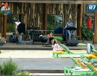 Raquel Pacheco, renata Banhara e Valesca Popozuda conversam sobre o figurino da primeira festa do reality (22/7/11)