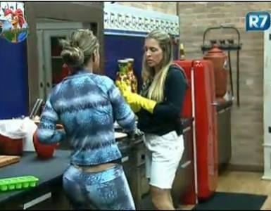 Renata Banhara conta para Joana Machado como foi sua briga com João Kléber (22/7/11)