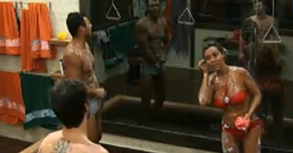 Renata Banhara fala com François durante o banho (23/07/2011)
