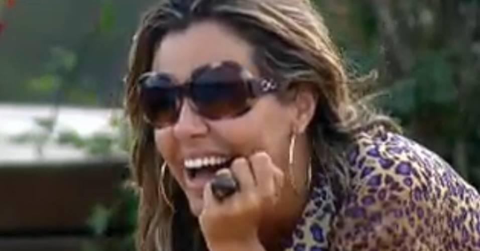 Renata Banhara ri ao contar história (24/7/2011)