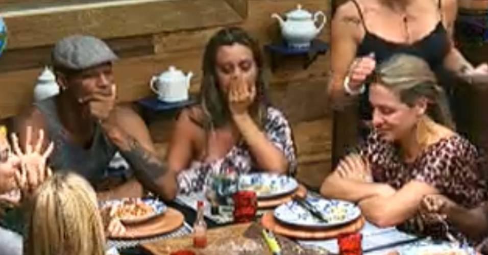 Dinei, Renata e Joana choram ao lembrarem dos filhos (25/7/2011)