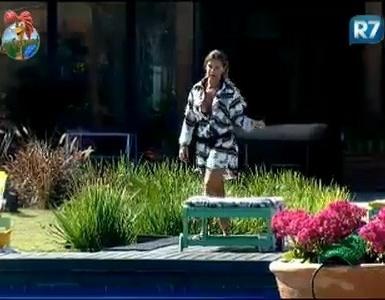 Renata Banhra chama João Kléber de infantil e imbecil durante discussão na piscina, na manhã desta segunda-feira (25)