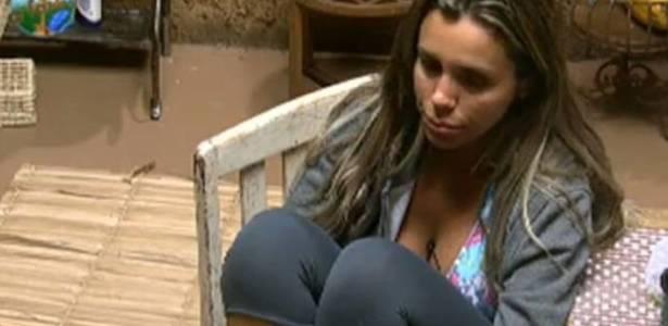 Renata Banhara conversa com os colegas na casa da Roça (27/07/11)