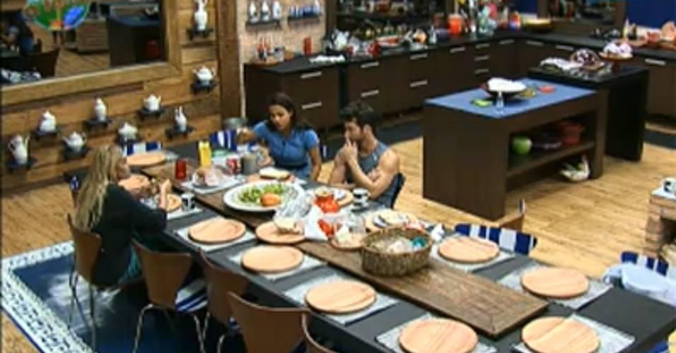 Marlon, Monique e Taciane conversam durante o café da manhã (30/7/11)