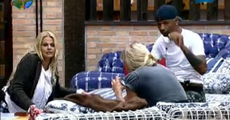 Monique Evans diz que adora morder bumbum de nenê (01/8/2011)