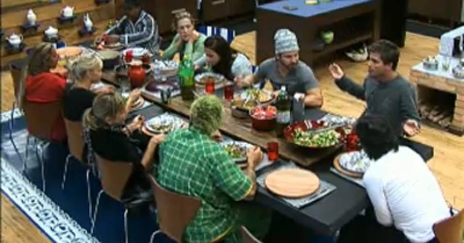 Peões dão risada das provocações entre Thiago e Dinei durante o almoço (03/8/11)
