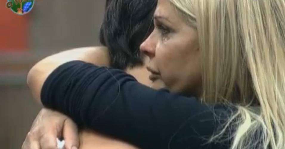 Monique chora e é consolada por Marlon (09/7/11)