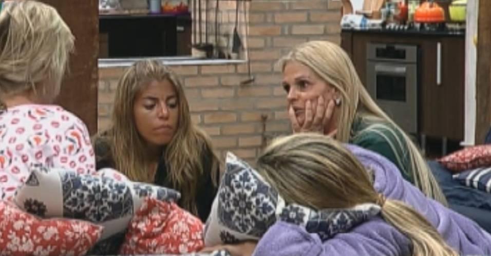 Anna Markun revela sua teoria sobre Gui para Raquel, Monique e Valesca (14/8/11)
