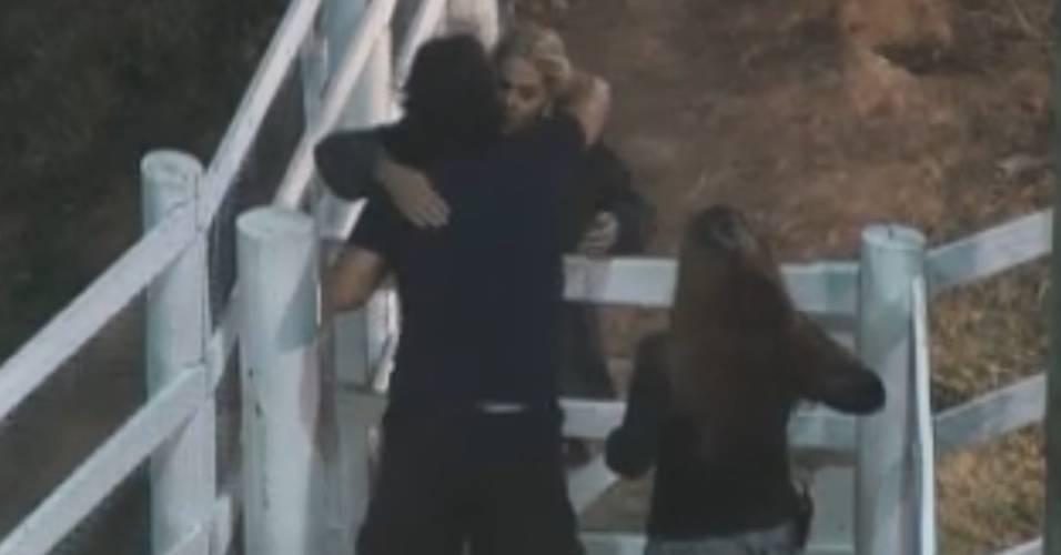 Monique abraça o ex-desafeto João Kléber (18/8/2011)