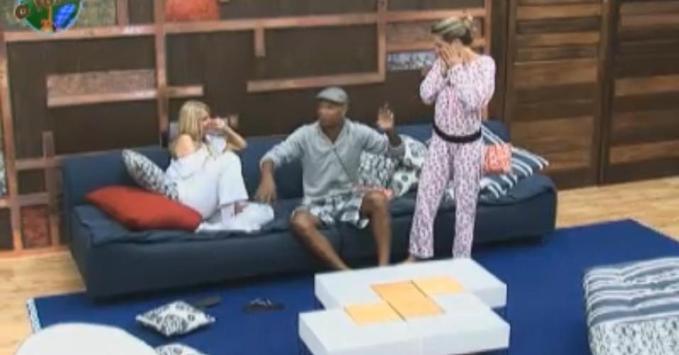 Monique, Joana e Dinei riem da confissão do ex-jogador