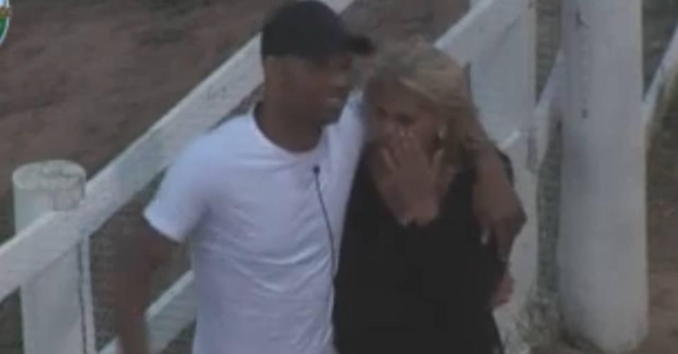 Dinei abraça Monique, que chora mais uma vez ao falar dos outros (24/8/2011)