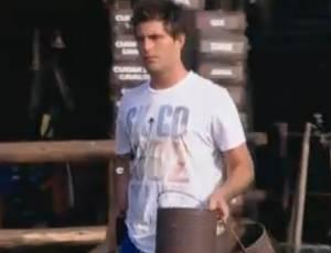 Thiago Gagliasso mostra má vontade para limpar a oficina (24/8/2011)