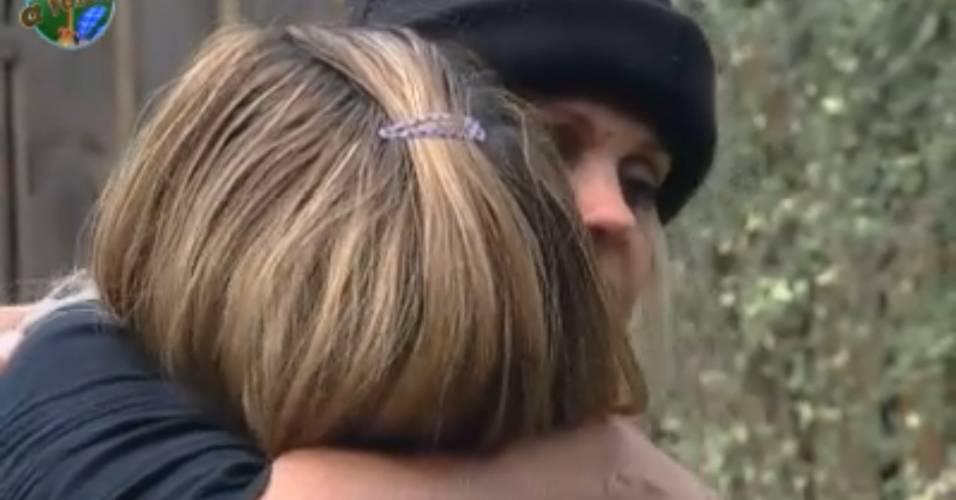 Raquel e Monique se abraçam (25/8/11)