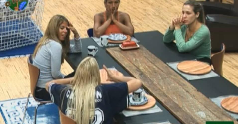Raquel, Monique, Valesca e Joana conversam sobre Anna (31/8/11)