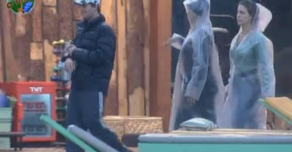 Thiago, Monique e Joana com dúvidas sobre atividades na chuva (31/8/11)