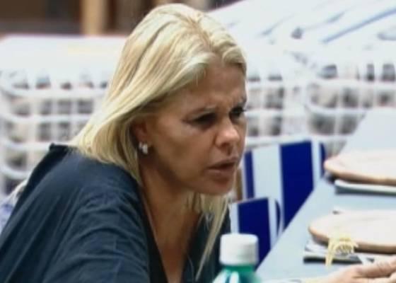 Monique conversa com Raquel e Joana durante o almoço (03/9/11)