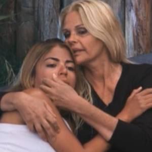Raquel chora e é consolada por Monique (04/09/2011)