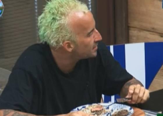 Gui conversa com Marlon durante o almoço (05/09/2011)