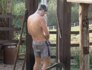 Thiago Gagliasso foi o primeiro no banho (07/09/2011)