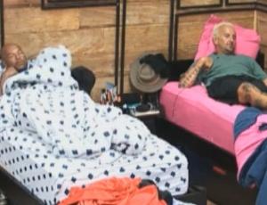 Antes de dormir, Dinei e Gui Pádua conversam no quarto (08/09/11)