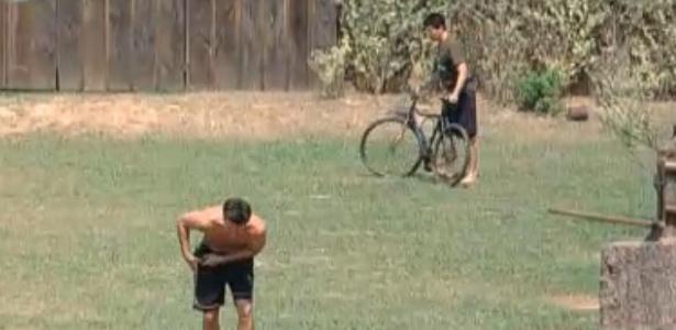 Thiago fica com medo de bicicleta e Marlon dá risada (09/9/11)