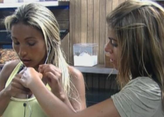 Raquel ajuda Valesca Popozuda com o tocador de MP3 (13/09/2011)