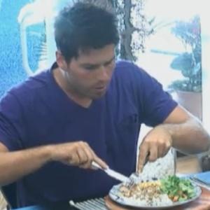 Thiago Gagliasso almoça ovo mexido que cozinhou (15/09/2011)
