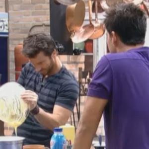 Thiago observa Marlon fazendo bolo (15/9/2011)