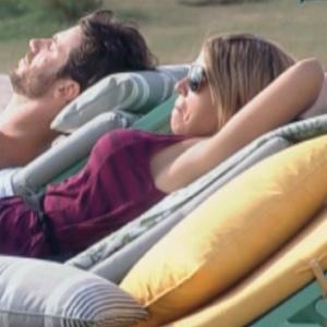 Raquel Pacheco e Marlon conversam enquanto tomam sol (16/09/2011)