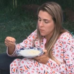 Com a boca cheia, Joana critica Dinei e Marlon (18/09/11)